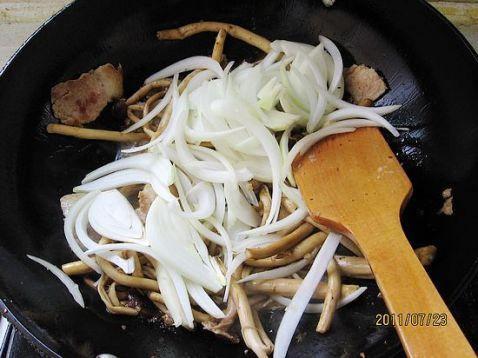 洋葱炒茶树菇怎么吃