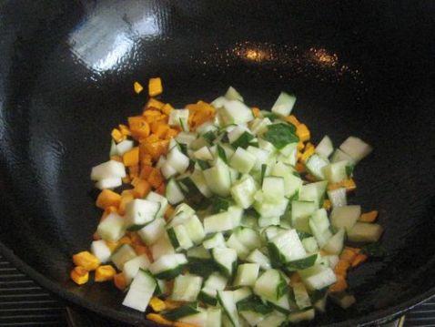 胡萝卜黄瓜蛋炒饭的家常做法