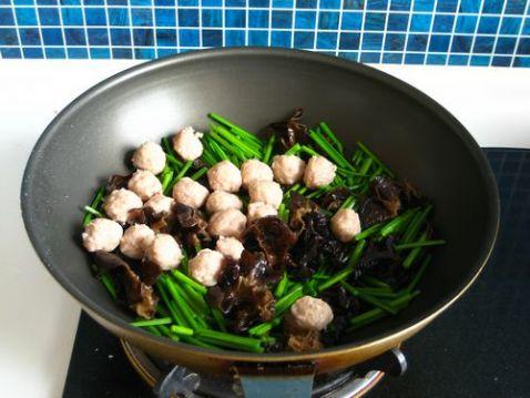 韭苔鸡蛋炒肉丸怎么做