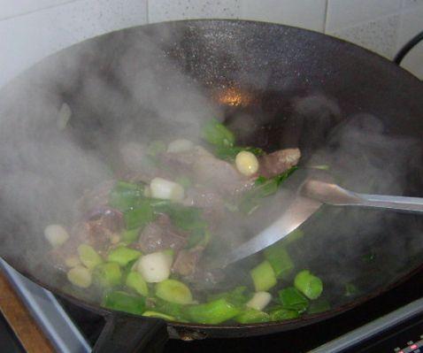 大蒜叶炒猪肝怎么炒