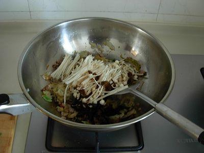 酸菜木耳金针煲怎么吃