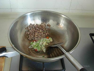 酸菜木耳金针煲的家常做法