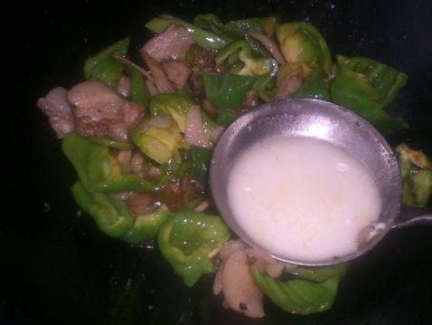 五花肉炒青椒的简单做法