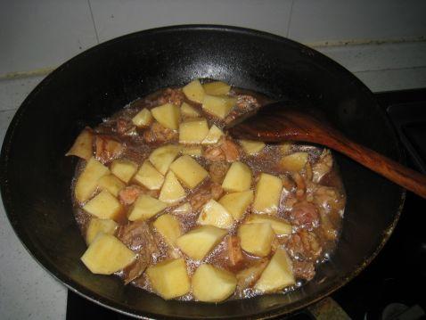 五香土豆焖鸡怎么炒
