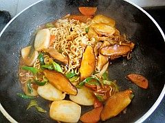 韩式泡菜拉面炒年糕的制作