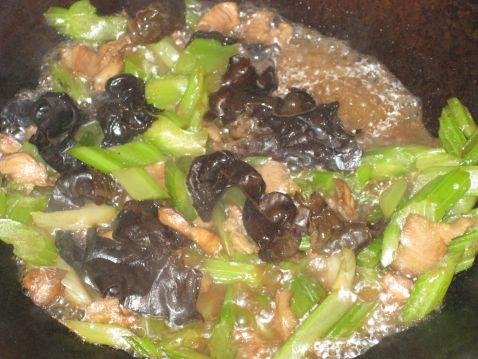 香芹木耳炒肉怎么吃