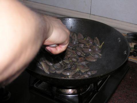 罗勒炒花蛤的简单做法