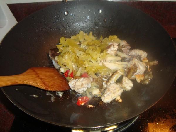 咸菜蚌鱼的家常做法