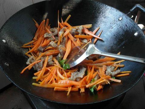 胡萝卜炒牛腩的简单做法