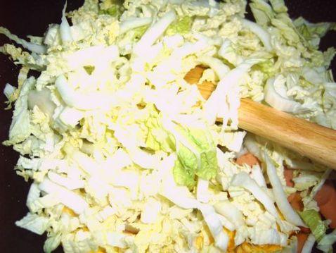 鸡蛋火腿肠炒白菜的简单做法