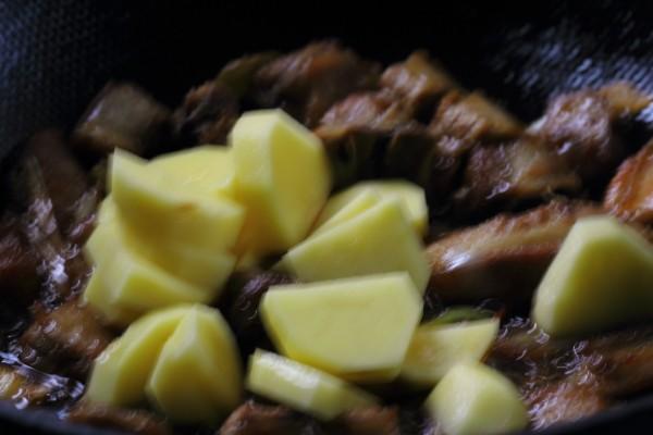 糖醋排骨煨土豆怎样煸