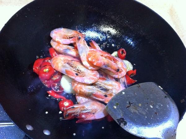 麻辣基围虾怎么吃