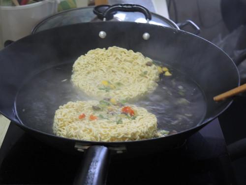 尖椒鸡蛋炒方便面的家常做法